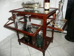 Szecessziós antik zsúrkocsi eredeti csiszolt üveges kihajtható polcokkal,  ritka rejtett kerekekkel