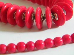Különleges piros nyaklánc