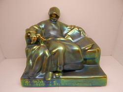 Zsolnay eozin nagyméretű Anonymus szobor.