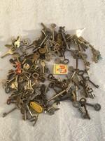 1 doboz régi vas fém kulcs - vintage dekoráció