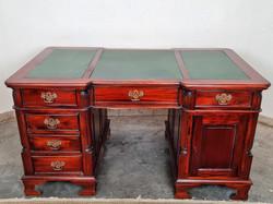 Gyönyörű Angol, bőrborítású,térbe állítható chesterfield íróasztal