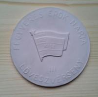 Plakett, biszkvit porcelán, KISZ - Fegyveres Erők Napja 1957