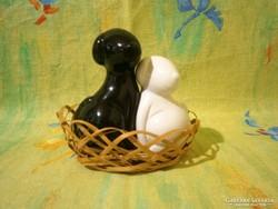 F_021 Aranyos kutya alakú porcelán asztali fűszer szórók fonott kosárban (só, bors, paprika szóró)