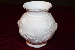 Dombornyomott fehér váza rózsákkal