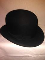 Keménykalap, fekete gyapju, hibátlan1930-as évekből,magyar kalaposmester munkája.Gyüjtőknek ajánlom