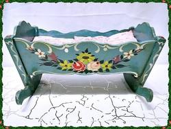 Régi kézműves fa játék bölcső ágyneművel