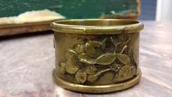 Antik réz plasztikus szalvétagyűrű miniatúrákkal