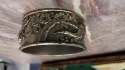 Antik fém plasztikus szalvétagyűrű miniatúrákkal