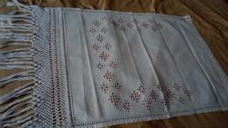 Hímzett maderiás vászon terítő 106*60 cm