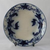 Tál, kék fehér szőlőlevél és termés motívumokkal, XIX. szd., Hardtmuth Budweis