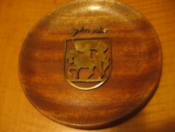 Retro szuvenír fa tányéron arany színű zászlós lovas