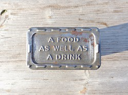 A food as well as a drink- egy étel, valamint egy ital, fém doboz