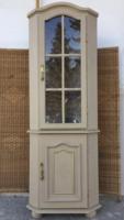 Romantikus hangulatú, sarok vitrines szekrény