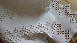 Hímzett maderiás vászon terítő 105*58 cm