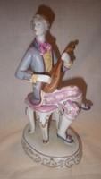 Hollóházi barokk ruhás zenélő férfi alak porcelán szobor