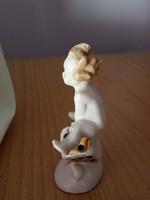 Dobókockán ülő/támaszkodó porcelán meztelen kisfiú/puttó figura