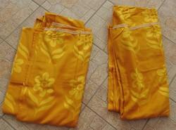 Aranyszínű virágmintás sötétítő függöny pár