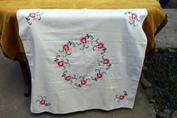 Hímzett kézimunka keresztszemes rózsa mintás  terítő , asztalközép lakástextil dekoráció 84 x 84 cm