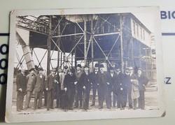 Csoportkép, gyáregység a háttérben 18x13 cm