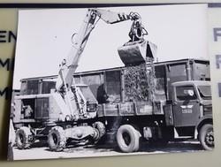 1968 Sódert rak a T/174 gép a kocsira a vasúton, vagonból Szeged