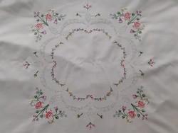 Régebbi kézzel  hímzett pamutvászon asztalközép (84X84 cm)