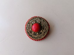 Bross kitűző piros kövekkel díszítve