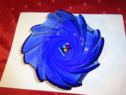Kék üveg tálka, cakkos szélű, mérete 15,5 x 15,5 x 5 cm.