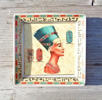 1942-es,hibátlan, jelzett szögletes formájú, hieroglifákkal díszített Fathi Mahmoud porcelán dísztál