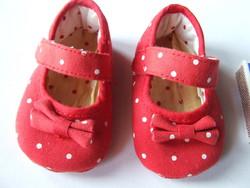 Bájos, piros színű, fehér pöttyös babacipő, baba cipő