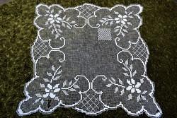 Rece csipke kézimunka terítő , asztalközép dekoráció dísz csipke 80 x 80 cm sérült állapot