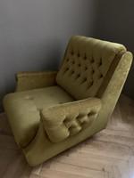 Mélytűzott, kényelmes gurulós óarany fotel eladó