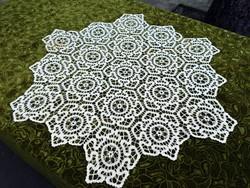 Horgolt csipke kézimunka lakástextil dekoráció kis méretű terítő 80 x 88 cm szalaghorgolás