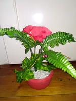 Piros kaspó selyem virágokkal tavaszi asztali dísz