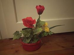 Piros kaspó tavaszi selyem virágokkal asztali dísz