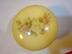 Arany szegélyes, alabástrom ékszertartó, magassága 4,5 cm.