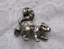 Apró, ezüst színű fém mókus, levélnehezék(?)