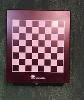 Sakk és a szórakozást segítő kiegészítők dobozban