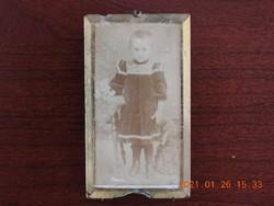 Antik kislány fotó, fénykép, réz fényképtartóban