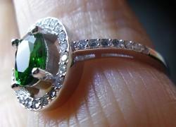 925 ezüst gyűrű 19,3/60,6 mm, smaragddal ás cirkóniákkal