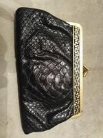 Műbőr pénztárca aranyozott fémzárral.
