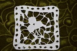 Hímzett madeira lyukhímzés kis méretű dísz terítő , alátét 9,5 x 9,5 cm