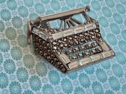 Vintage bross fém írógép alakú női kitűző