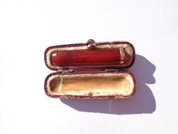 Régi borostyán szipka dobozában