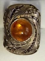 Különleges, borostyán köves ezüst gyűrű
