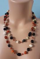 Üveg és kerámia  gyöngyökből készült nyaklánc