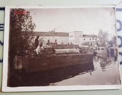 Katonák kikötőben, hajó, pakolás, faanyag hátul, érdekes kép