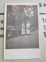 Nővérek egy kastélykertben