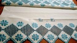 Hímzett maderiás vászon terítő ,törülköző 93*63 cm