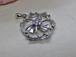 Gyönyörű ezüst medál pici csillogó kővel