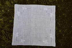 Hímzett , azsúrozott díszzsebkendő , kis terítő , kendő 28,5 x 27 cm